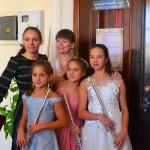 Лауреат 1 степени Мишнёва Лукерья, дипломанты Лозовая Софья и Мишнёва Арина со своими преподавателями (ДМШ № 10 г. Новосибирска)