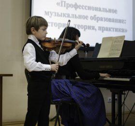 Музыкальное приветствие. Лев КОБРИНСКИЙ (скрипка), класс профессора М.А. Кузиной